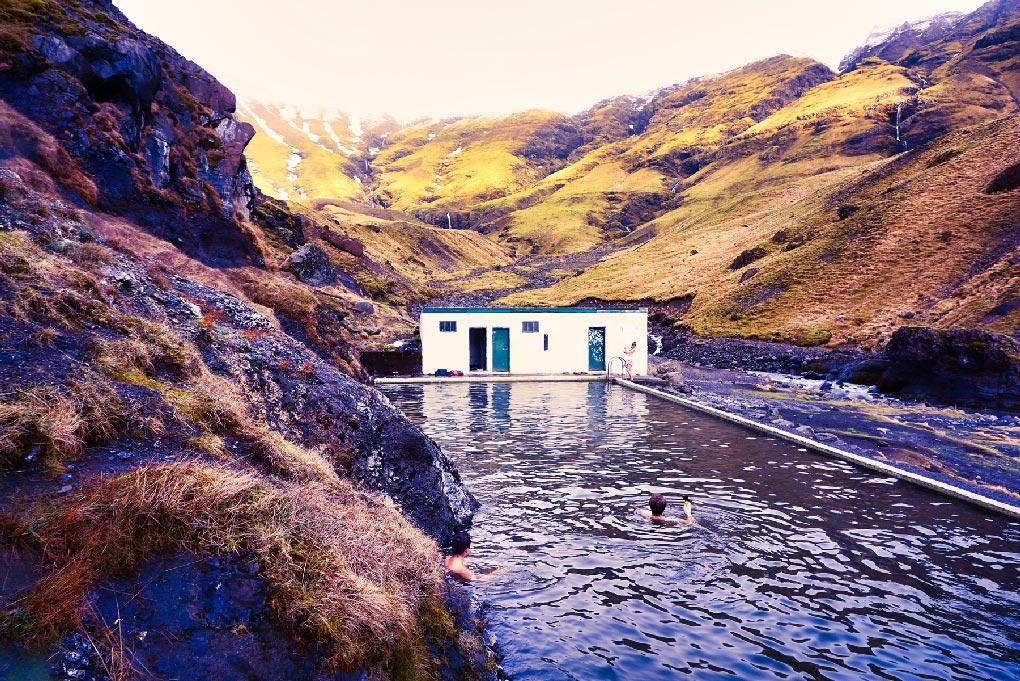 La piscine de Seljavallalaug près de Vik