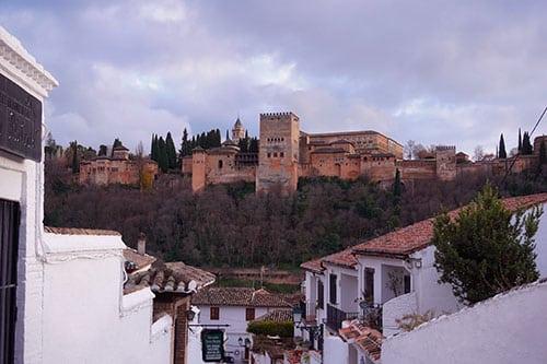 Vue sur L'Alhambra depuis le quartier de l'Albaicin à Grenade
