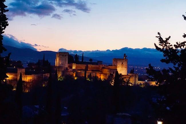 L'alhambra à la tombée de la nuit à Grenade, vu depuis la colline de Sacromonte