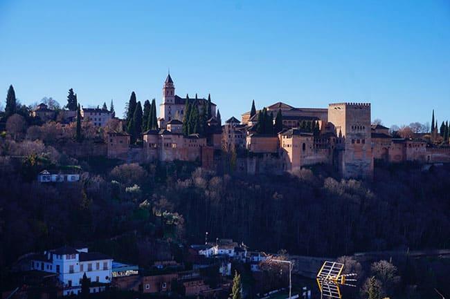 Vue sur l'Alhambra depuis le quartier de Sacromonte à Grenade