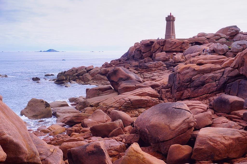 Le phare de Ploumanach sur le sentier des douaniers