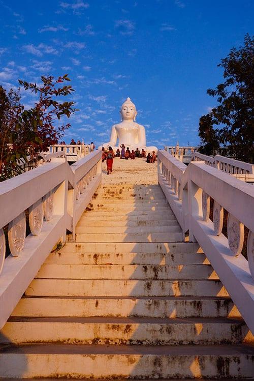 Bouddha blanc au sommet du Coucher de soleil à Pai depuis le Chedi Phra That Mae Yen à Pai