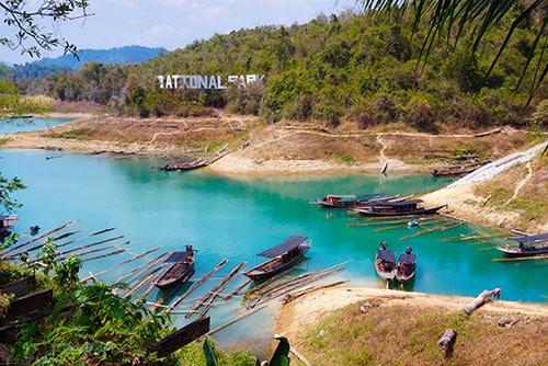 Le lac de Cheow Lake dans le parc national de Khao Sok en Thailande