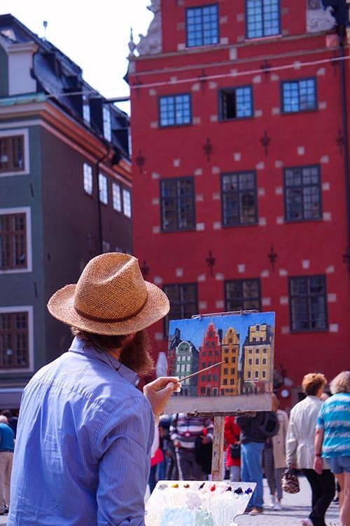 La place stortorget et ses maisons colorées