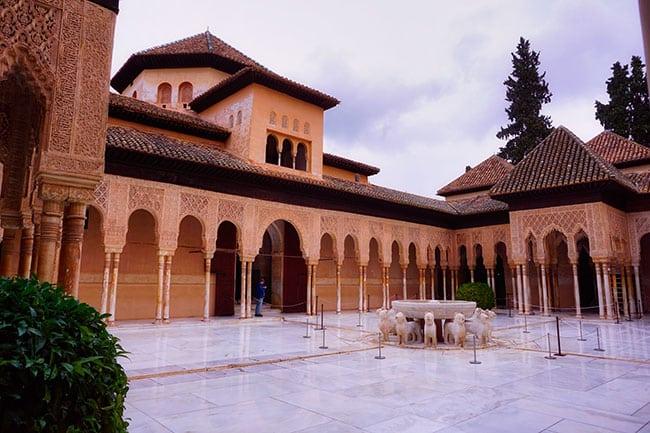 Patio dans le Palais nasrides de l'Alhambra