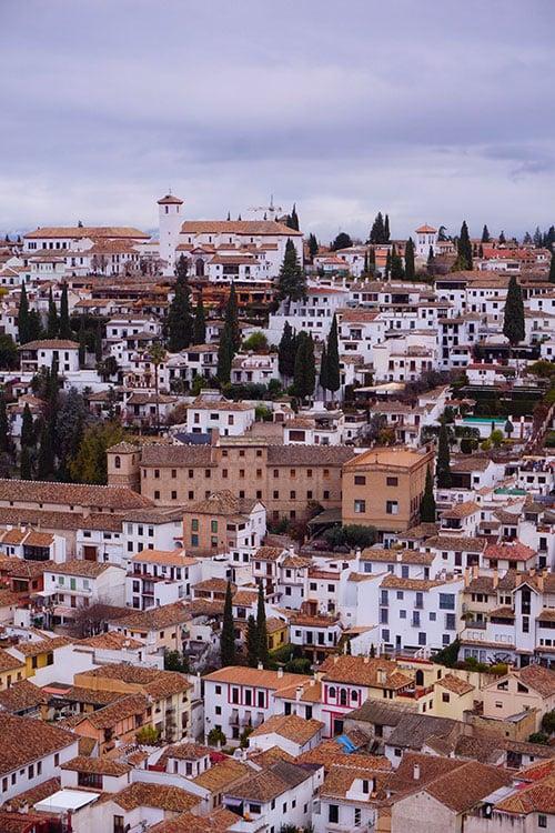 Depuis le palais de l'Alhambra, vue sur le quartier de l'Albaicin à Grenade