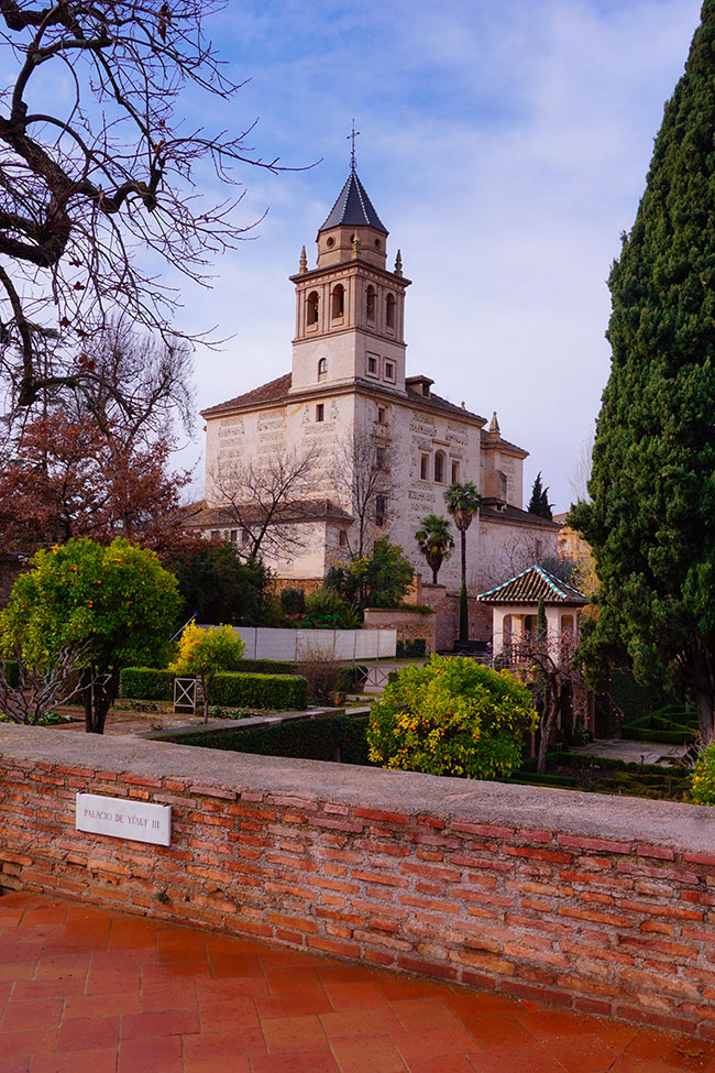 L'église de Santa Maria à Grenade vue depuis les jardins de l'Alhambra