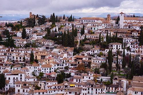Vue sur l'Albaicin de l'Alcazaba, la forteresse du Palais de l'Alhambra de Grenade