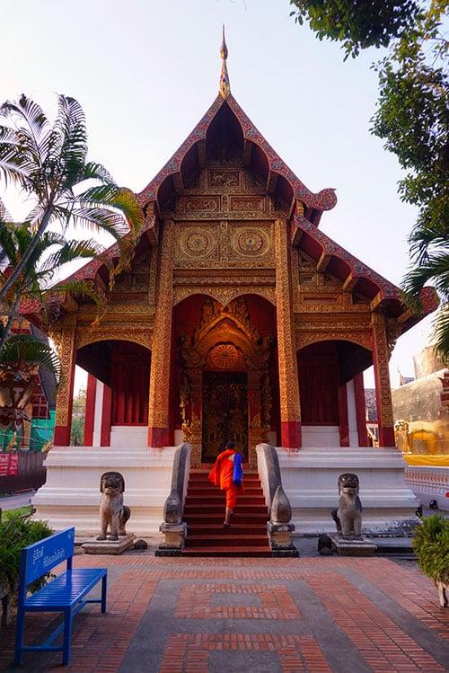 Moine devant le Wat Phra Singh à Chiang Mai en Thailande