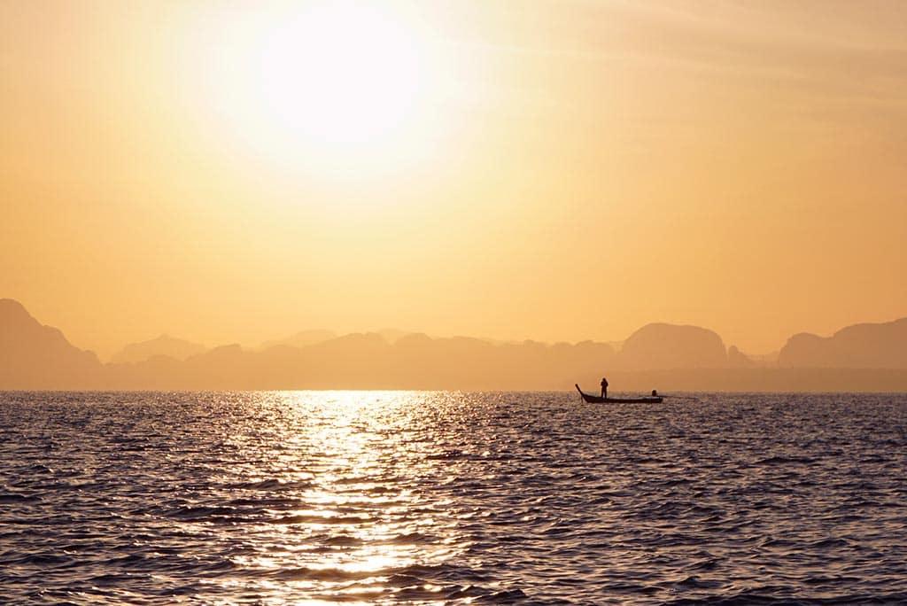 La baie de Phang Nga en Thailande au lever du soleil