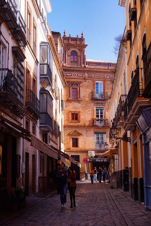 Les bâtiments du quartier de Santa Cruz à Seville en Espagne