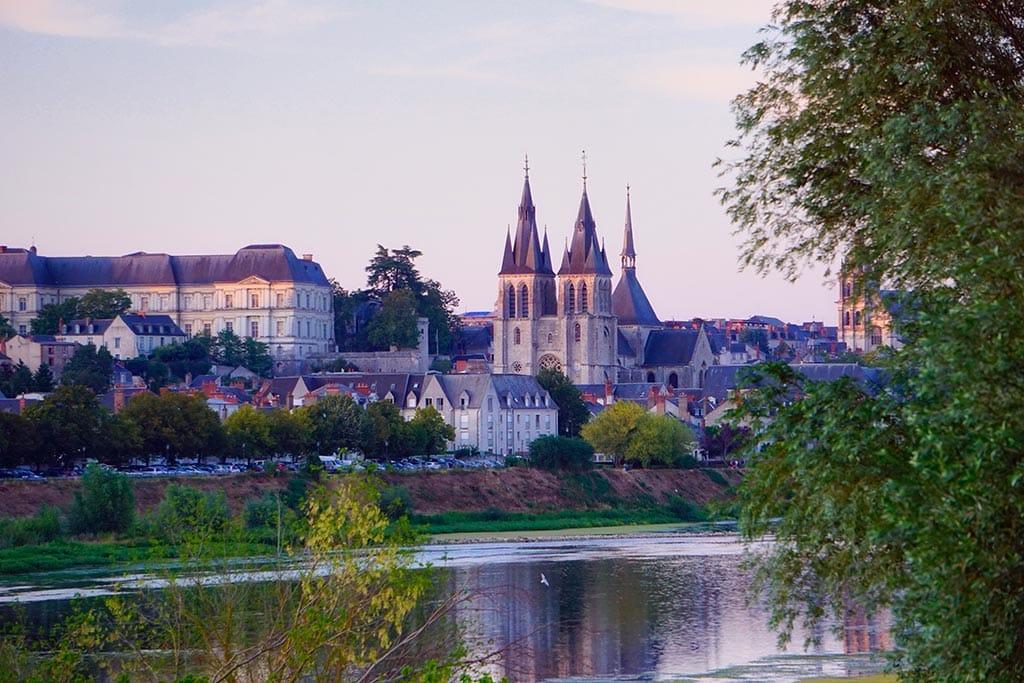 Blois et l'église Saint Nicolas depuis les bords de Loire