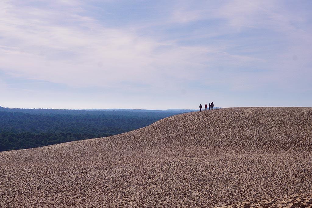 Image de la Dune du Pilat avec 4 silhouettes au sommet