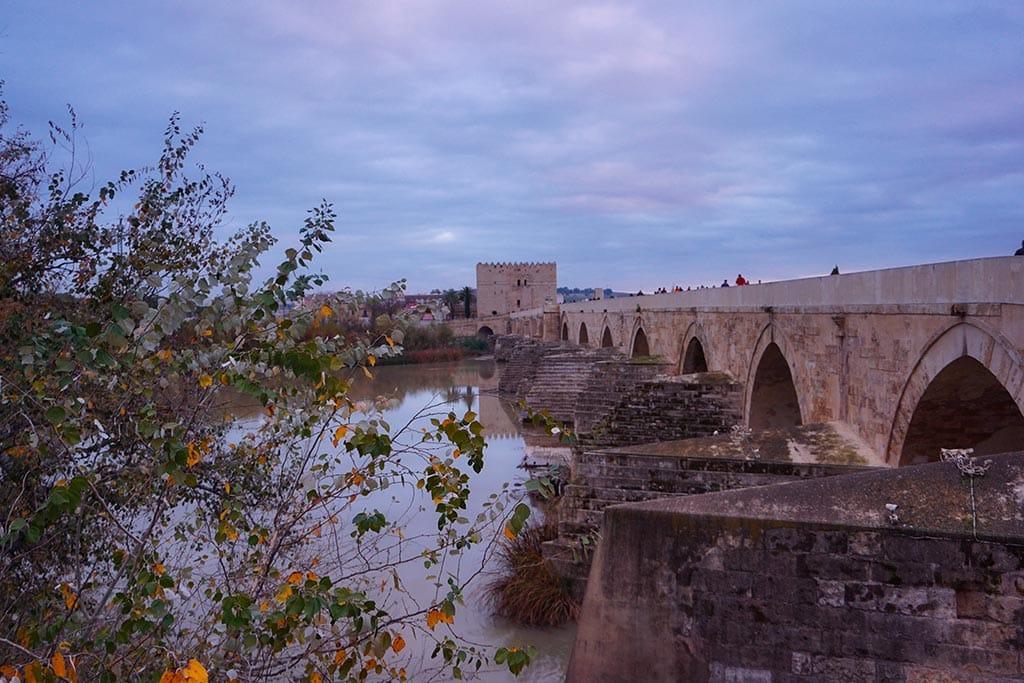 Photographie du pont romain au dessus du Guadalquivir a Cordoue en Andalousie