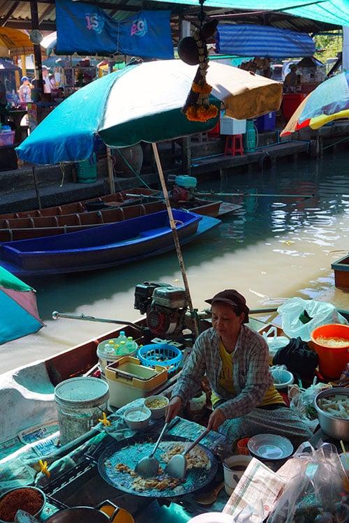 Photographie d'un marché flottant à Bangkok