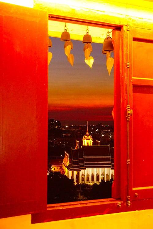 Photographie depuis une fenêtre du Wat Saket à Bangkok