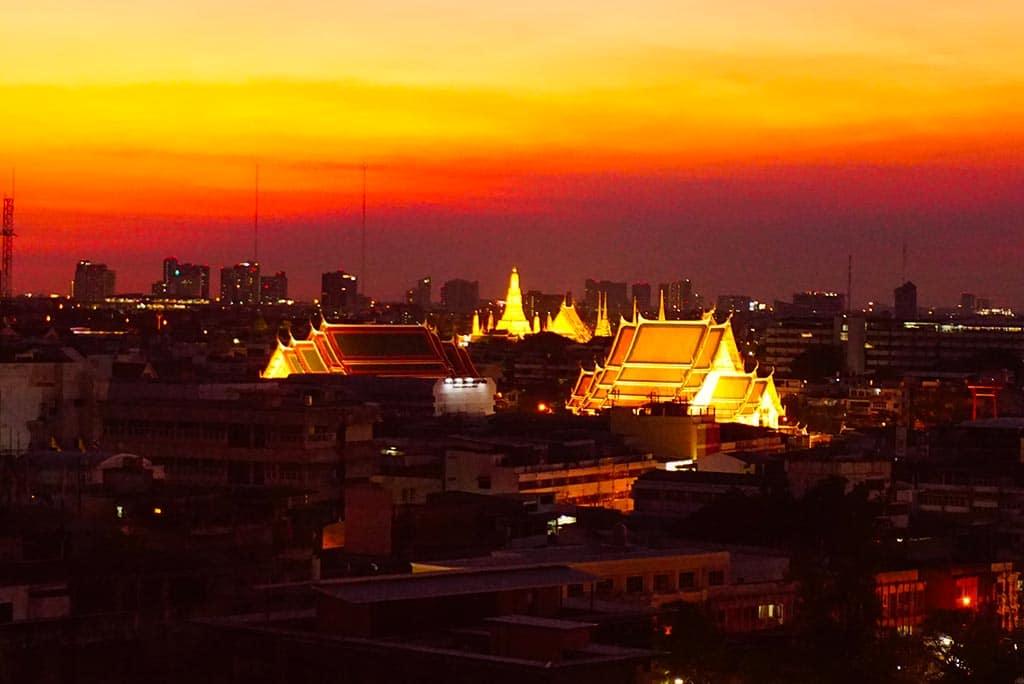 Photographie de la vue depuis le Wat Saket au coucher du soleil