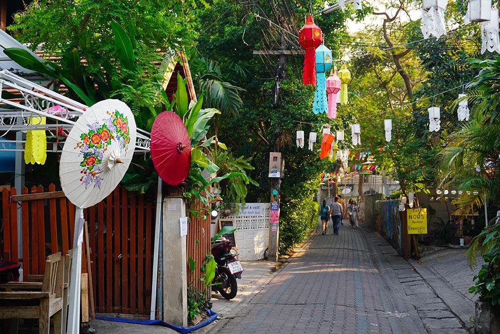 Photographie d'une ruelle à Chiang Mai