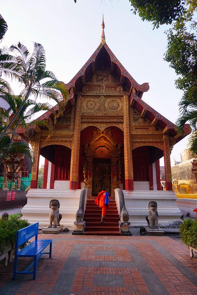 Photographie d'un moine devant le Wat Phra Singh