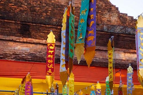 Photographie de drapeaux de prière dans un temple de Chiang Mai