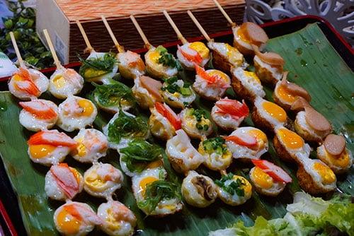 brochette de street food sur un marché de chiang mai