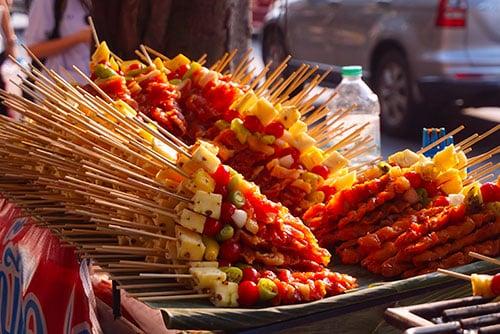 Brochette de street food thailandaise dans une rue de Bangkok