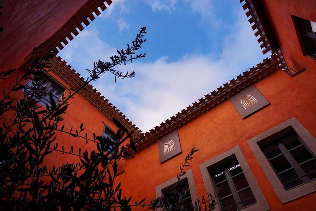 Photographie du patio du Couvent Hostel