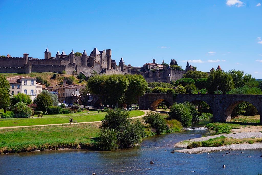 Photographie de la cité médiévale de Carcassonne depuis les bords de l'Aude