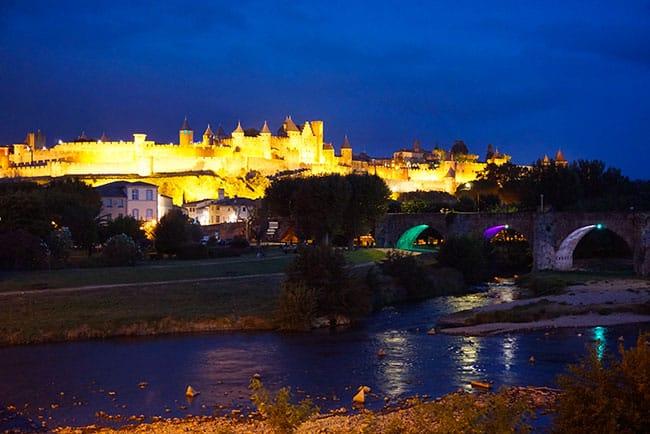 Vue de la cité de Carcassonne de nuit depuis le pont neuf