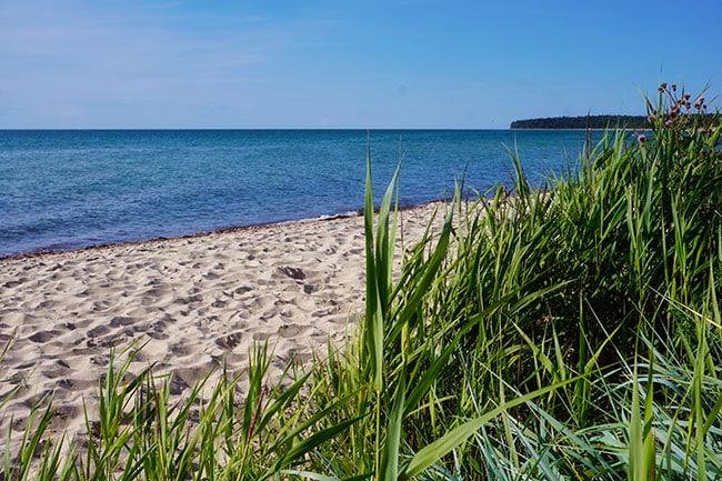 Photo d'une plage de sable fin sur l'île d'Oland en Suède