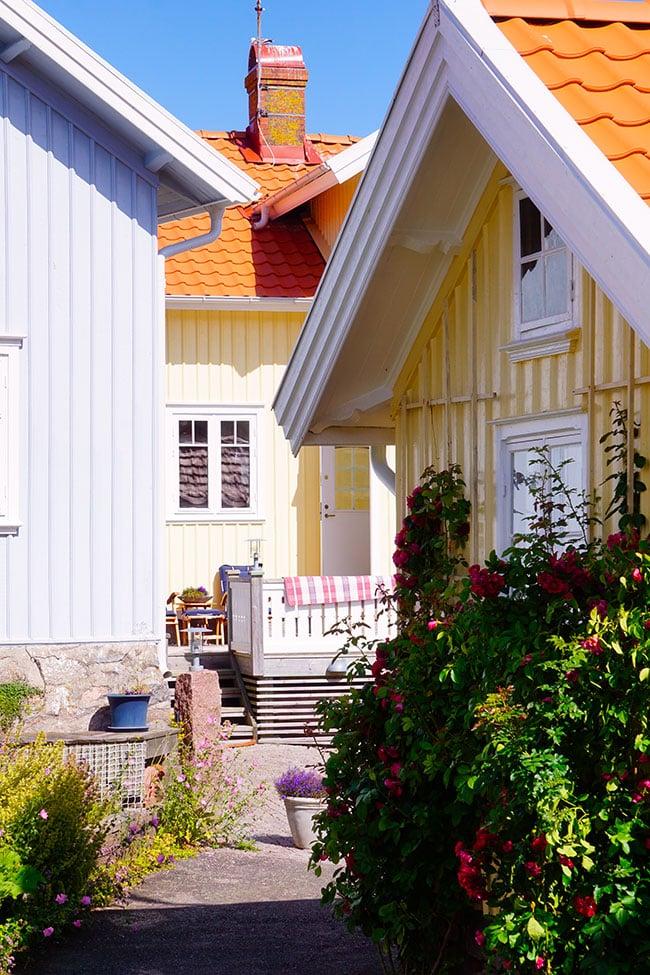Photographie de façades de maisons colorées dans le sud de la suede