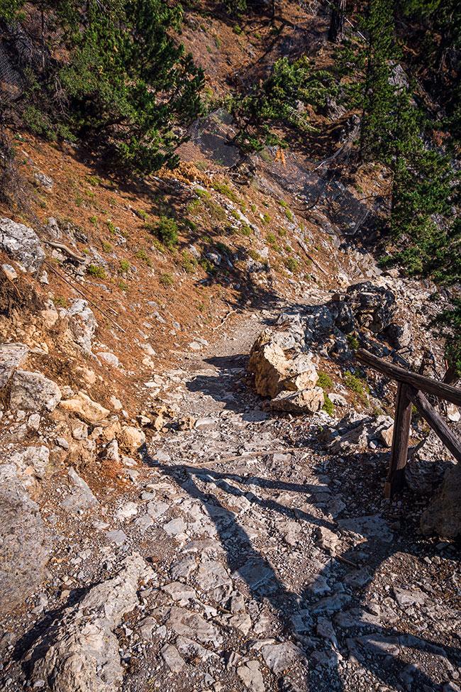 Photographie du chemin escarpé au départ de la randonnée des Gorges de Samaria