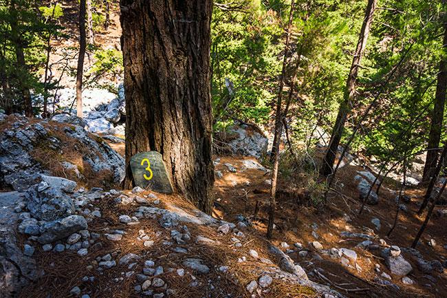 Photographie d'un point kilométrique dans les gorges de Samaria en Crète