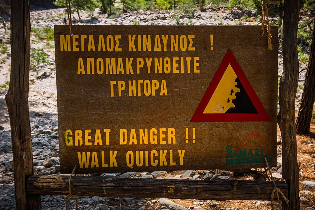 Photographie des panneaux d'avertissement relatif aux chutes de pierres dans les Gorges de Samaria