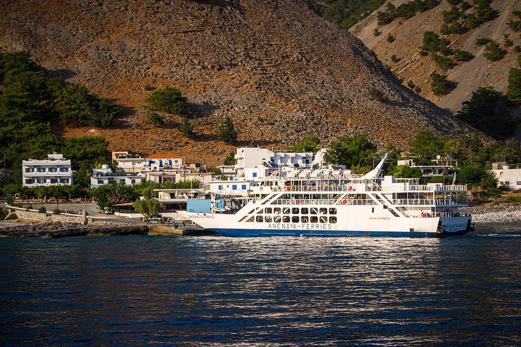 Photographie du bateau à l'entrée des Gorges de Samaria
