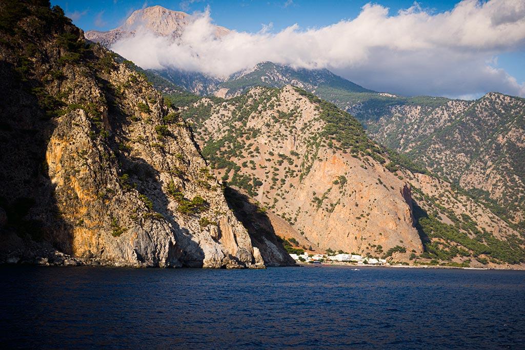 Photographie de la sortie des Gorges de Samaria vue depuis la mer