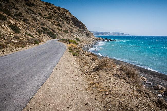 Photographie d'une route de bord de mer en Crète