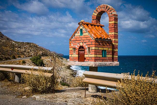Photographie d'une édifice sur le bord de la route en crete