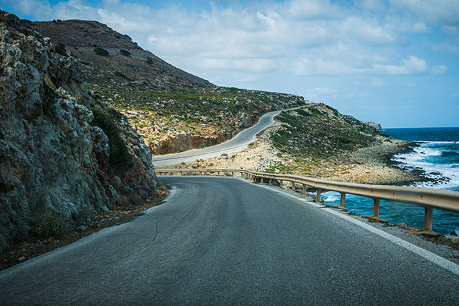 Photographie d'une route sinueuse au bord de la mer en Crète