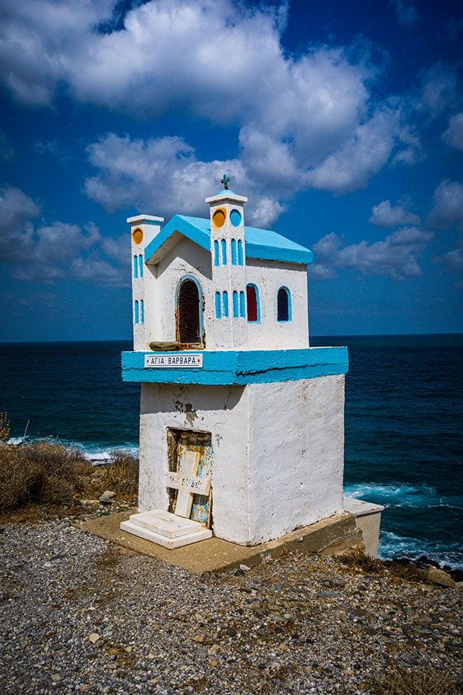 Photographie d'une chapelle sur le bord de la route en crete