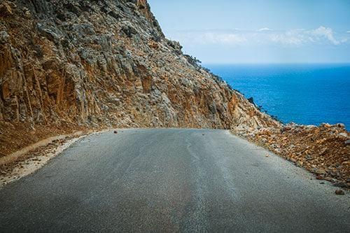 Photographie d'une route descendante à l'une des plus belles plages de crete