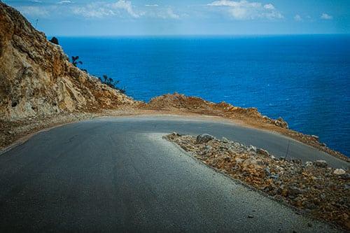 Photographie d'un virage en épingle sur l'une des routes secondaires en crete
