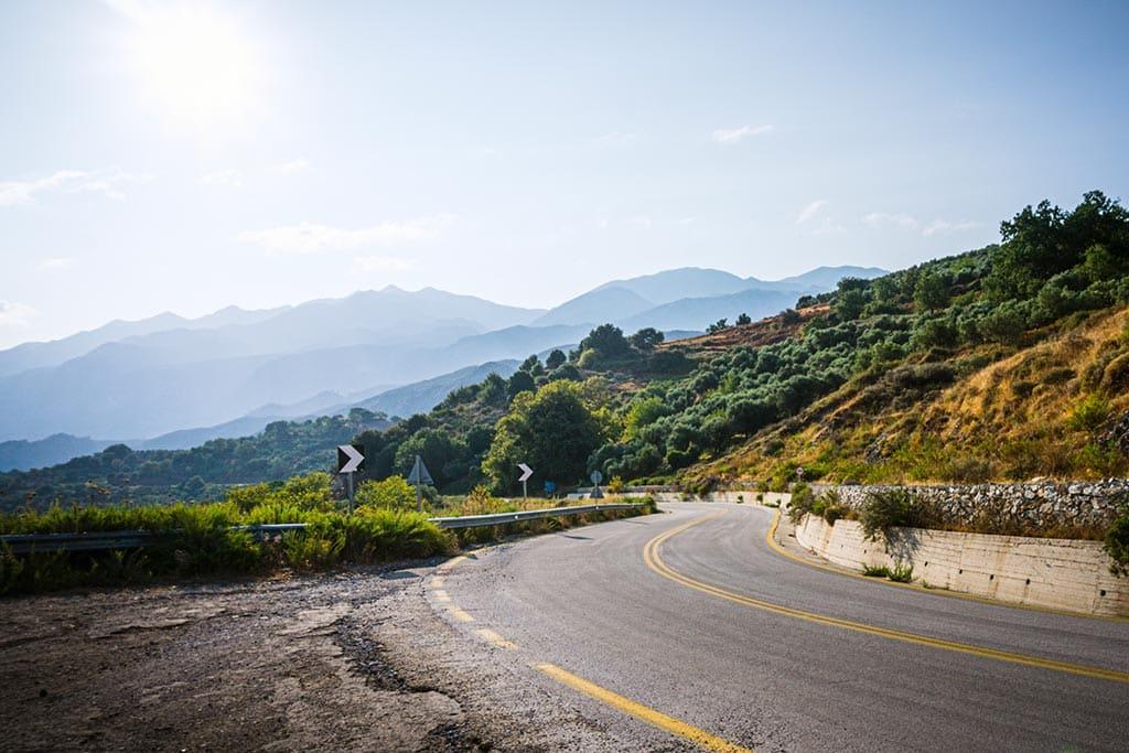 Photographie d'une route en tres bonne état sur le réseau principal en Crete