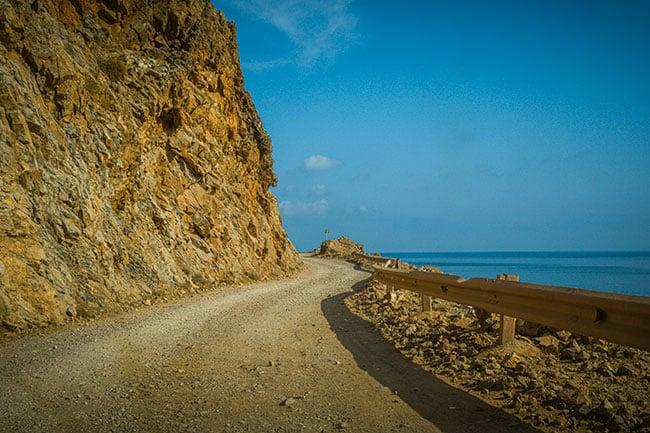 Photographie d'une piste à flanc de montagne en Crète