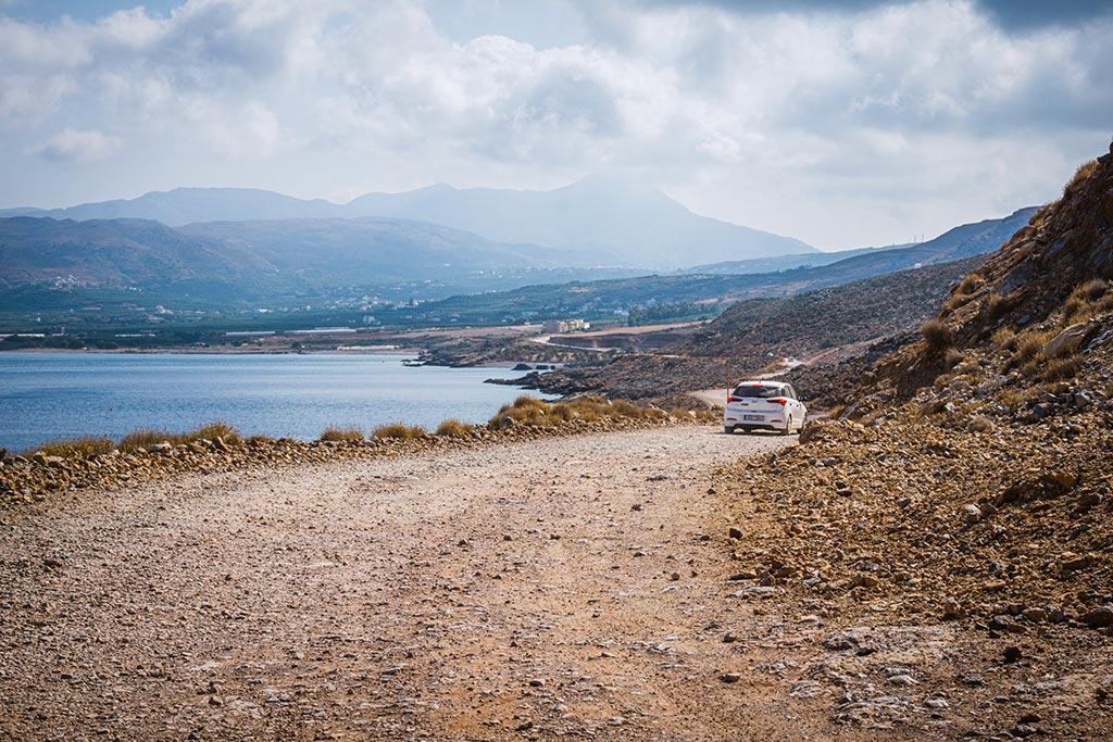 Photographie d'un touriste en train de conduire en crete sur une piste
