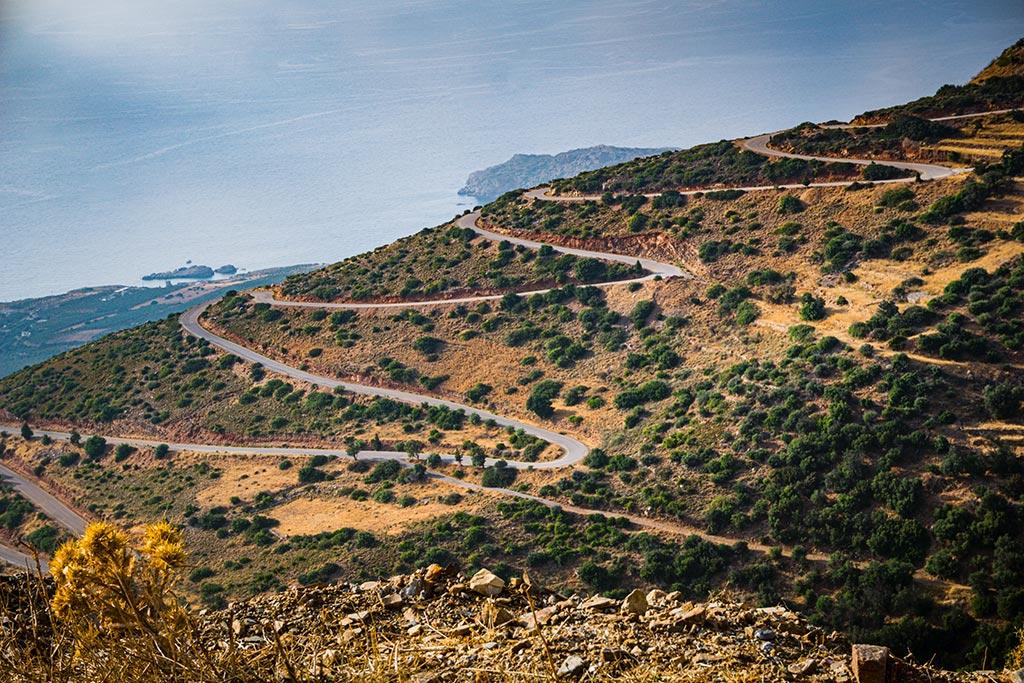 Photographie d'une route en lacet en Crète