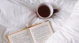 Photographie d'un café et d'un livre