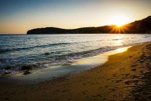 Photographie d'une plage en Crète au lever du soleil