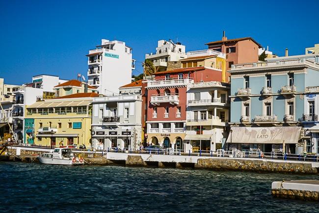 Photographie des façades le long du lac d'Agios Nikolaos