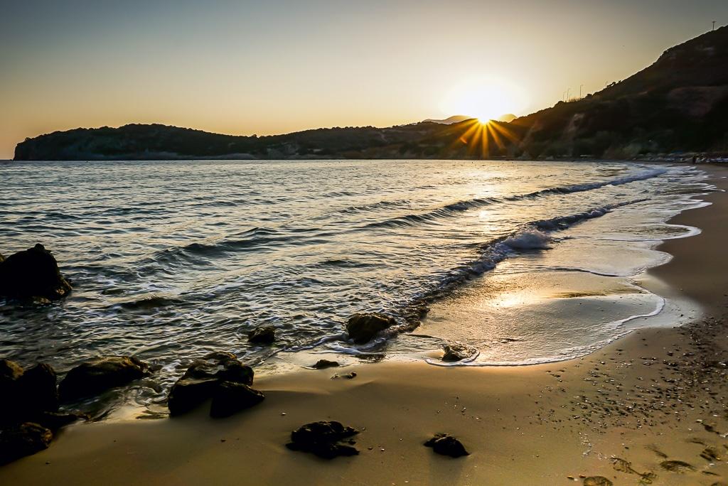Photographie d'un lever de soleil sur la plage de Voulisma à côté d'Agios Nikolaos